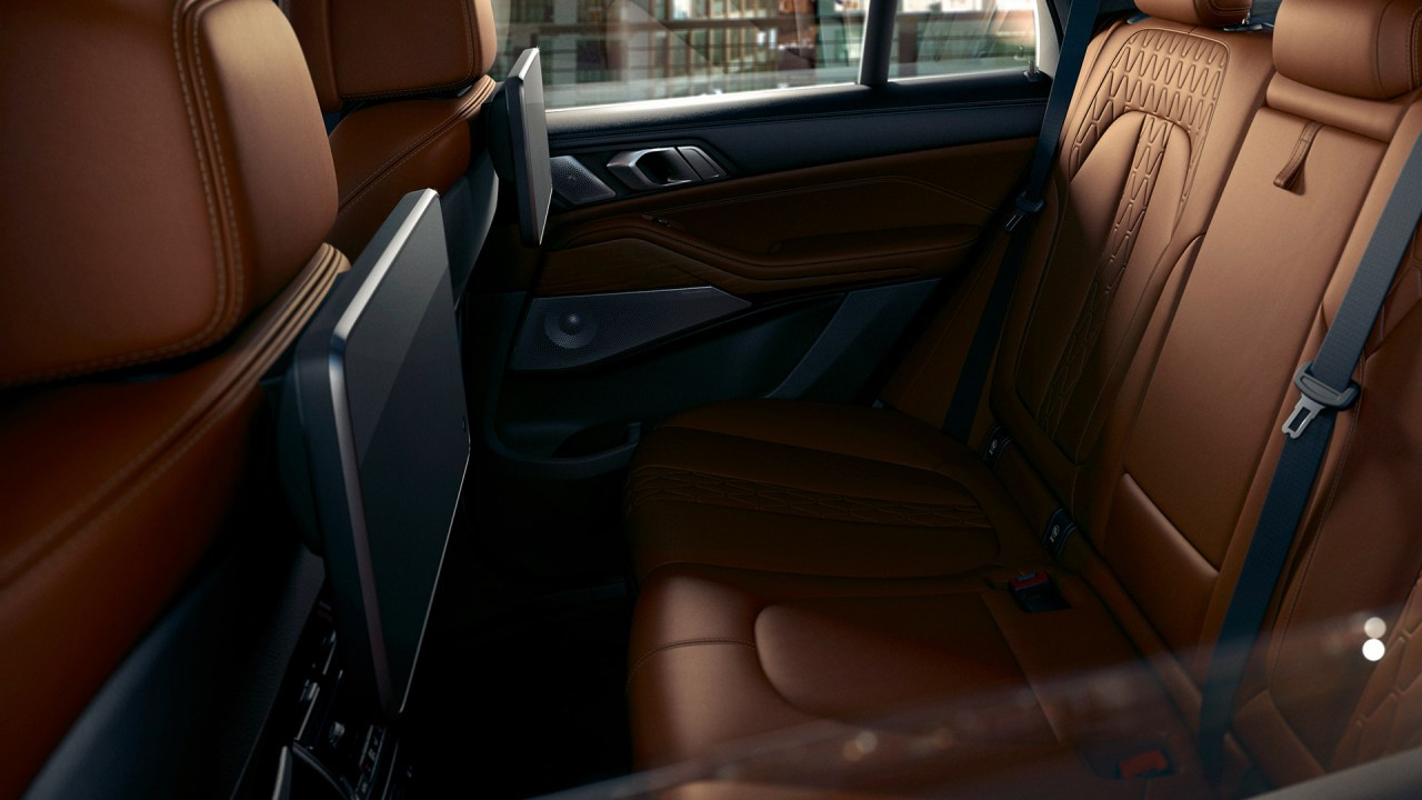 As an optional extra, the rear seat entertainment system provides a premium entertainment experience for rear passengers.