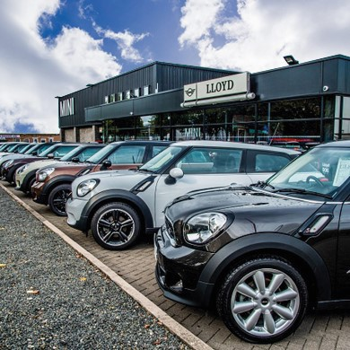 MINIs for sale outside Lloyd MINI retailer location